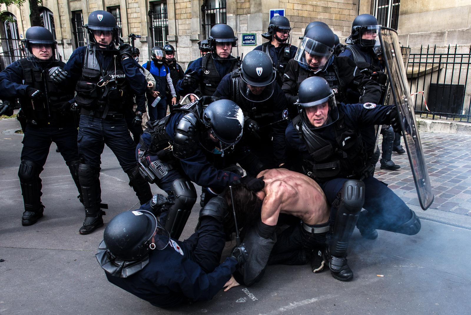 19 mai 2016 : Entre 15000 et 100000 personnes ont manifesté entre place de la Nation et place d'Italie pour protester contre la loi Travail qui a été passée la semaine passée. La police a fait usage à quelques reprises de gaz lacrymogène et de grenades de désencerclement. Elle a également procédé à plusieurs interpellations à la fin de la manifestation. Paris, France.