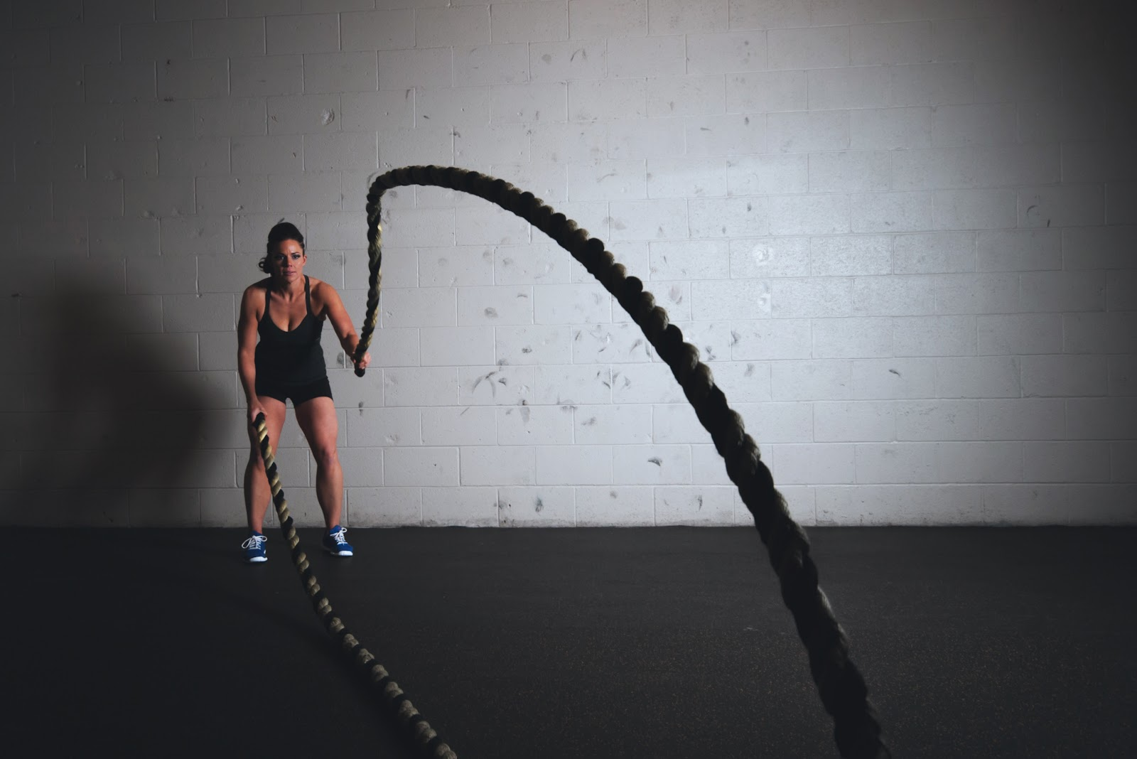 אישה מתאמנת על הנפת חבלים