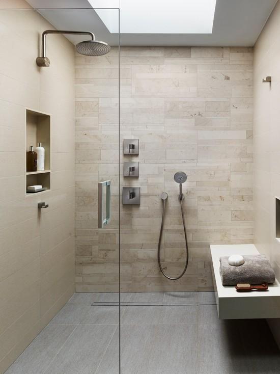 o ralo linear se camufla na decoração do banheiro de forma elegante e moderna