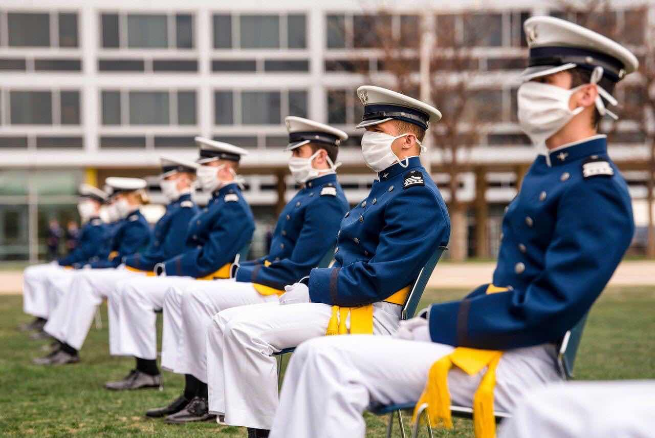 Quy luật đeo khẩu trang và giữ khoảng cách an toàn để bảo vệ đồng đội.