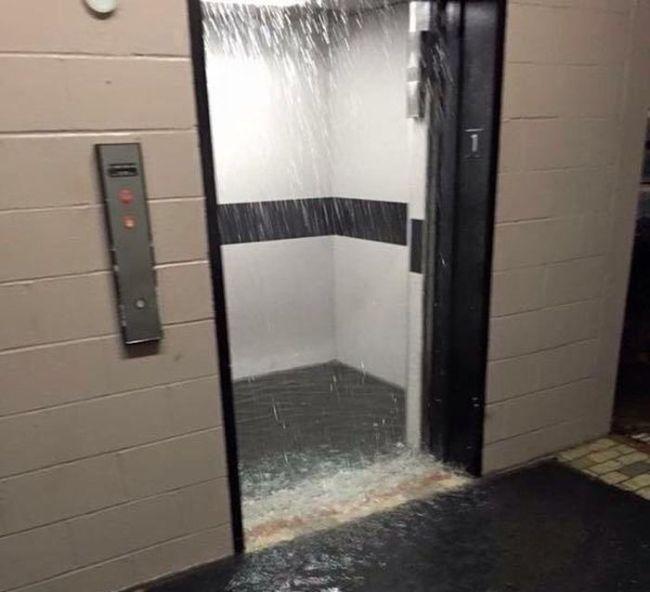 Móng thang máy bị ngập nước không gây nhiều nguy hiểm nhưng sẽ làm gián đoạn việc sử dụng thang của bạn