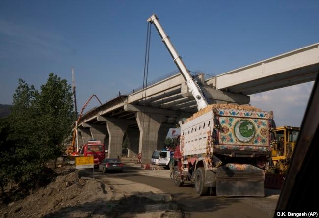 Финансируемое Китаем строительство китайско-пакистанского экономического коридора в Пакистане стоимостью более 60 миллиардов долларов.