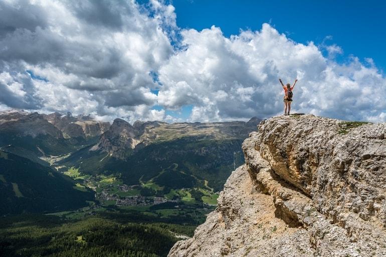 pessoa vibrando ao chegar no topo de uma montanha