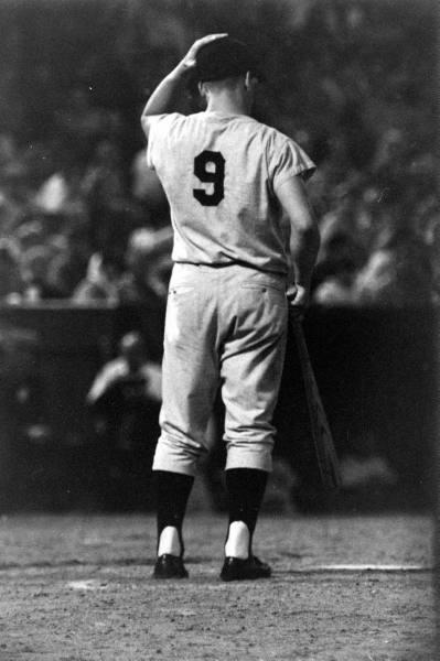 Foto en blanco y negro de un jugador de béisbol en el campo  Descripción generada automáticamente