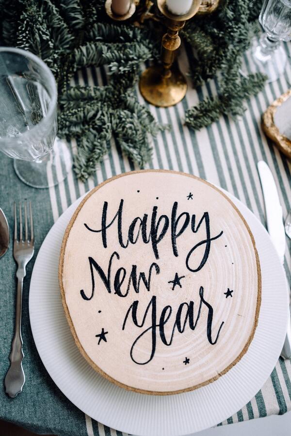 foto de uma mesa posta com o escrito Happy New Year