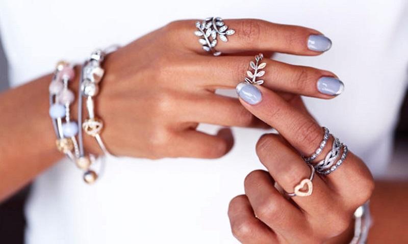 Серебряные и золотые украшения на руках