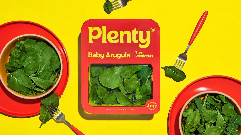 Il rebranding di Plenty include anche il packaging, come quello mostrato che vede dell'insalata inscatolata in un box quadrato dai colori sgargianti. I colori predominanti sono rosso, giallo e verde. Fonte: Marketing Ignorante