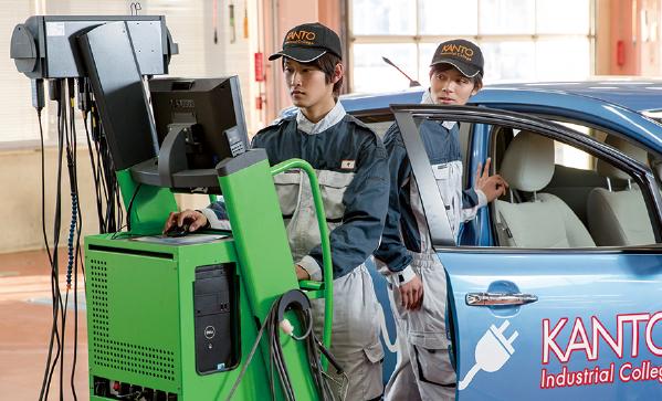 男, 車, グリーン, トラック が含まれている画像  自動的に生成された説明