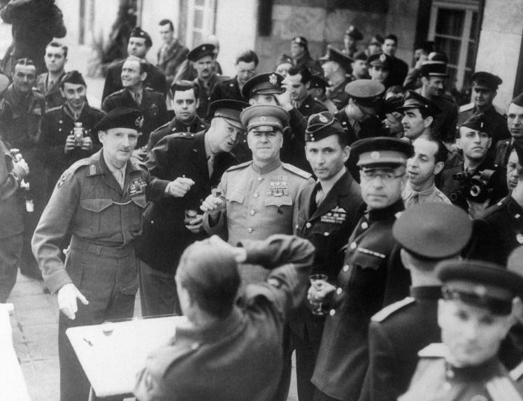 <p>Слева направо: Бернард Монтгомери, британский военачальник и фельдмаршал; Дуайт Эйзенхауэр, маршал Жуков. Тост «за победу».</p>