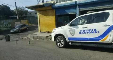 Asaltan y asesinan a dos agentes policiales para despojarlos de armas y dinero