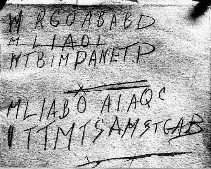 Na época ligaram a maleta, o livro, o pedaço de papel e o código ao homem achado morto na praia.