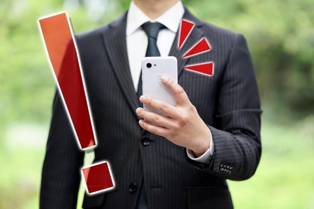 スーツを着てネクタイをしている男性  自動的に生成された説明