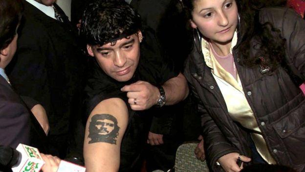 2001年,馬拉多納在記者會上顯示自己手臂上的紋身。