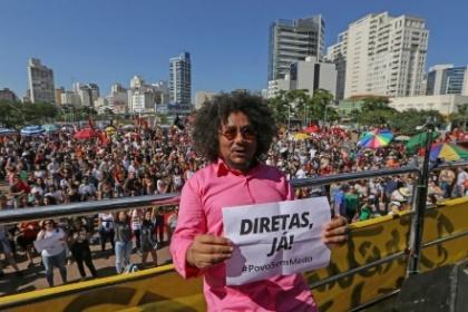 Chico César abriu a sequência de shows em ato contra Temer na Zona Oeste de SP (Foto: Amanda Perobelli/Estadão Conteúdo)