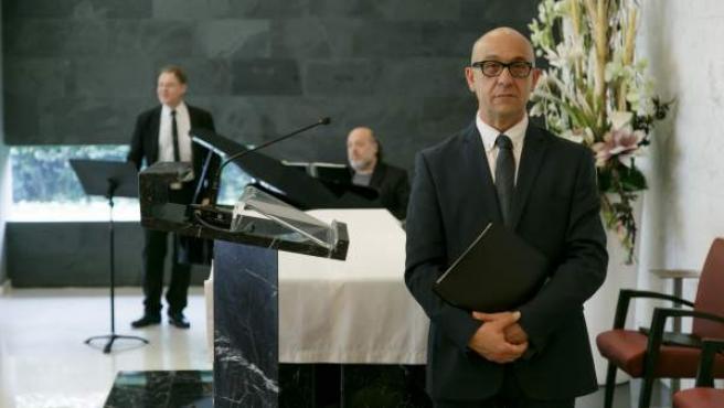 Eloy Pastrana, en primer plano, es orador laico para ceremonias funerarias.