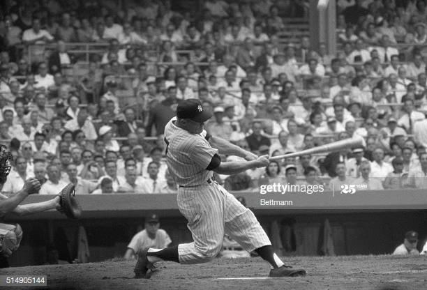 Imagen en blanco y negro de un jugador de béisbol con espectadores  Descripción generada automáticamente