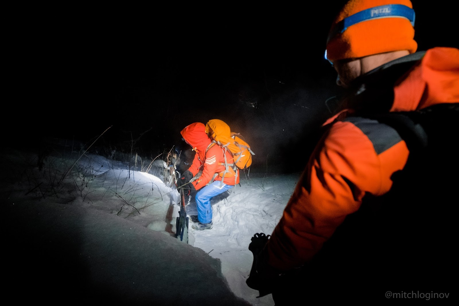 Фото 2. Применение мощного налобника в походе по Зимнему Байкалу