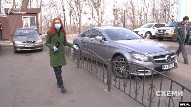 Та чоловік, стоячи на закритій парковці відомства, заявляв, що не працює там