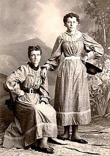 http://upload.wikimedia.org/wikipedia/commons/thumb/3/3f/Helga_and_Clara_Estby.jpg/220px-Helga_and_Clara_Estby.jpg