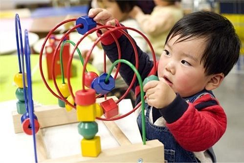 Phương pháp Montessori giúp trẻ phát triển tư duy độc lập, không dựa dẫm vào người lớn.