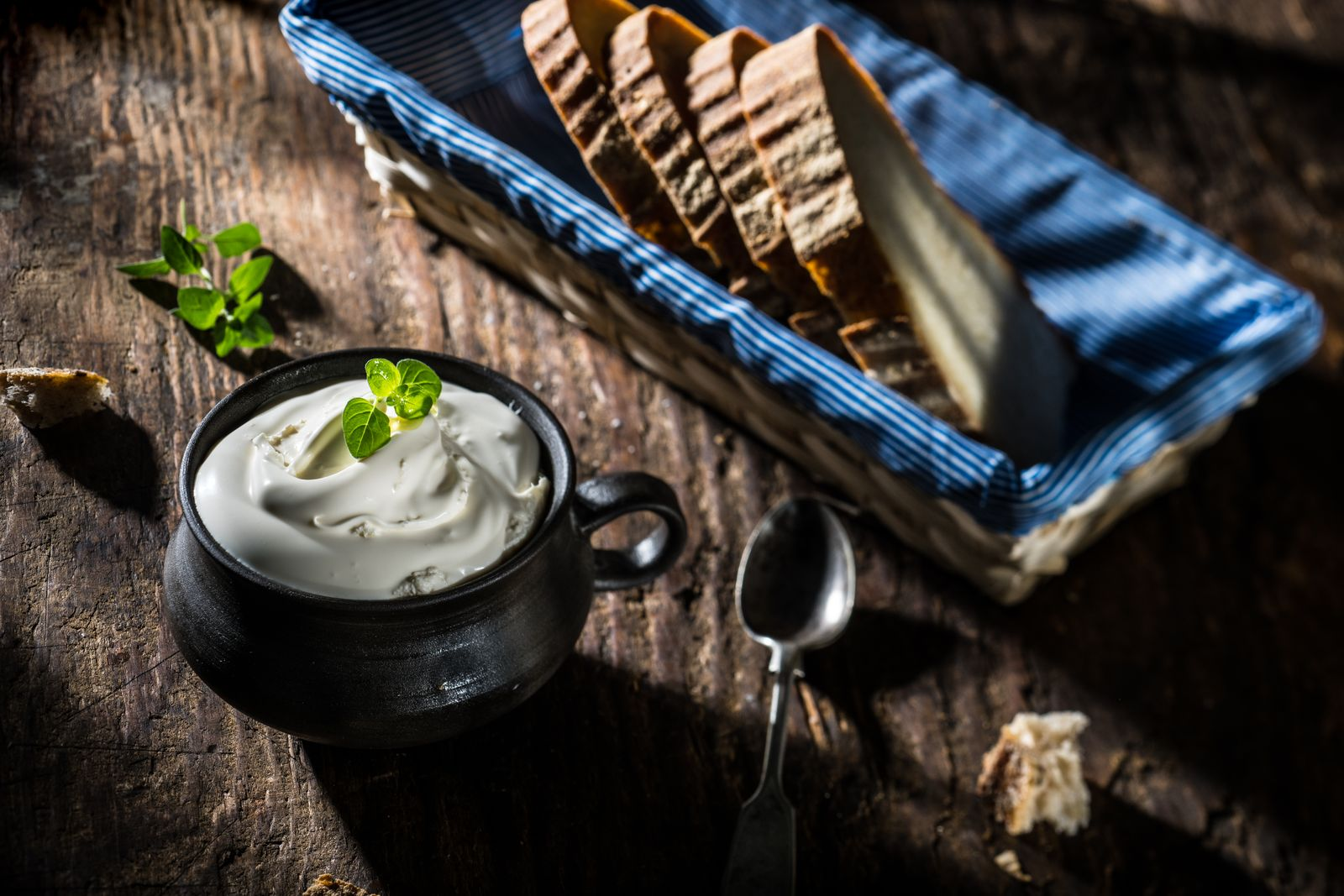 Smantana proaspata Torockoi servită pe felii de pâine