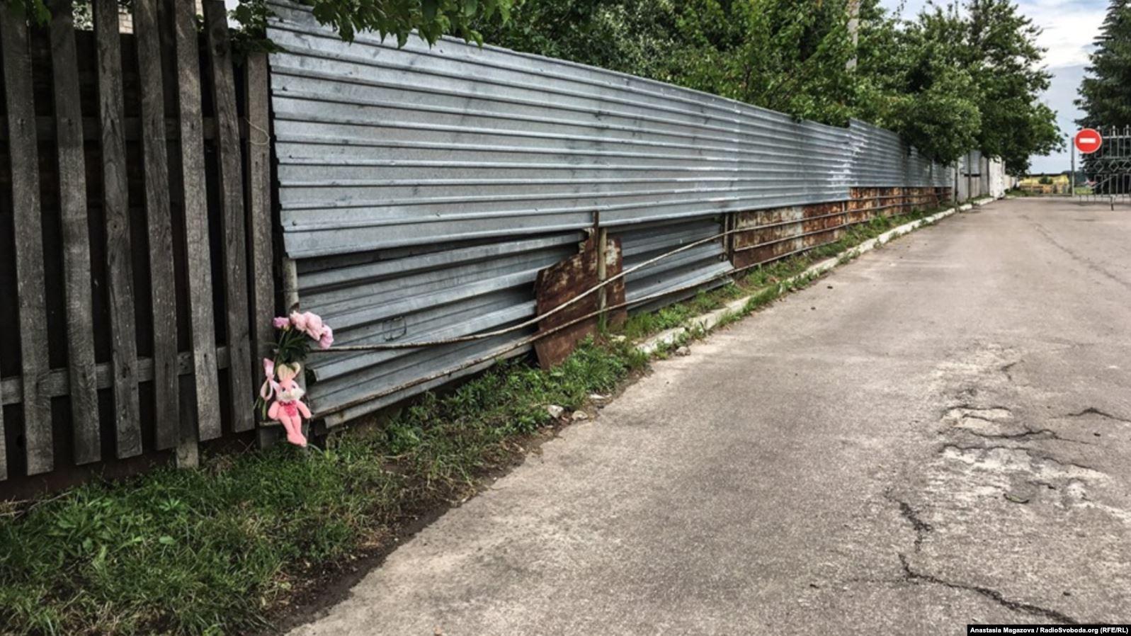 Той самий «дитячий майданчик», де було поранено 5-річного Кирила Тлявова. Місцеві мешканці принесли квіти та іграшки на місце, де перебувала дитина у момент отримання вогнепального поранення