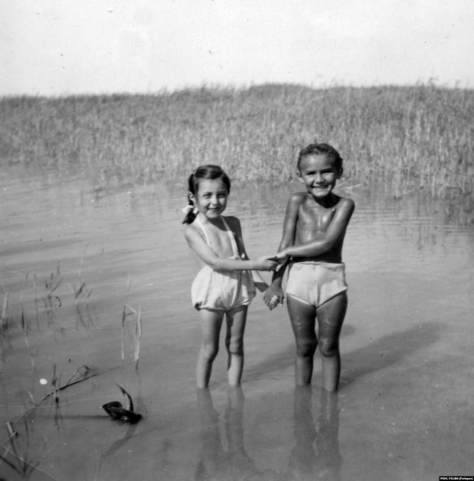 В архиве Фортепан есть и фотографии, далекие от политики или конфликтов, которые переживала страна. Вот, например, фотография двух девочек на озере Балатон в 1954 году