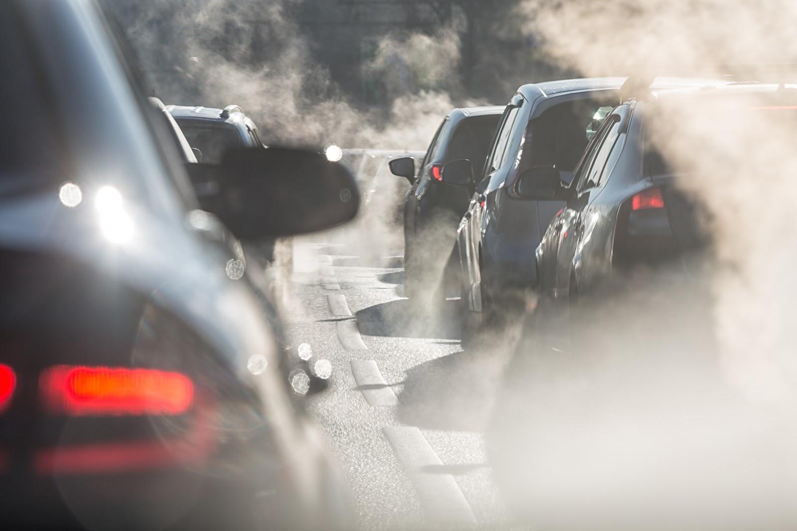 Carros liberando fumaça causadora de poluição