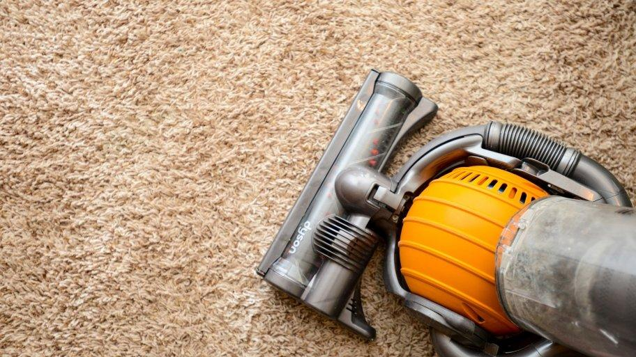 https://www.directmobilephones.com/image/directmobilephones/dyson-vacuum-cleaner-on-tan-shag-carpet-912-x-513.jpg