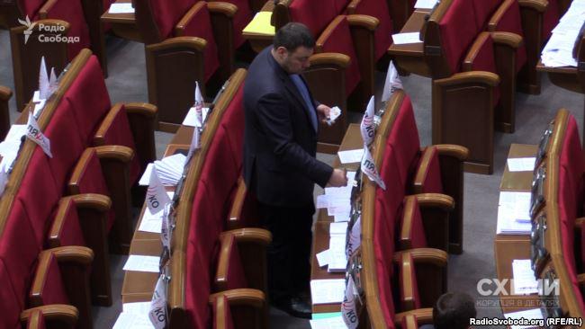Депутат Олексій Ленський розставляє картки Радикальної партії