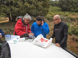 Víctor organizando las inmersiones con Juan y Javi