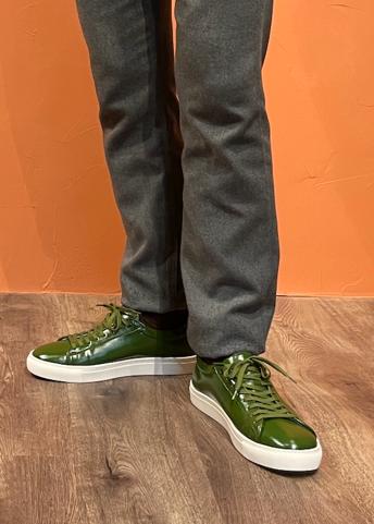 靴を履いた足  自動的に生成された説明