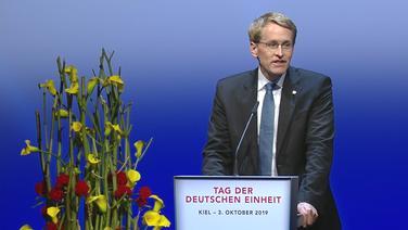Der Auftakt der Festveranstaltung zum Tag der Deutschen Einheit in Kiel. Ministerpräsident Daniel Günther steht am Rednerpult. © NDR Foto: Julia Stein