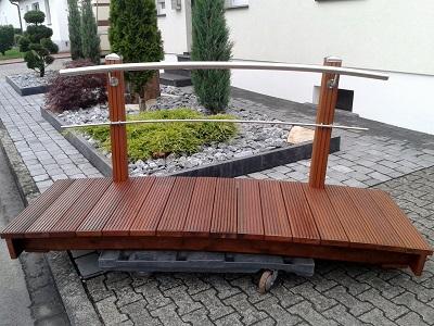 kleine Teichbrücke mit Geländer
