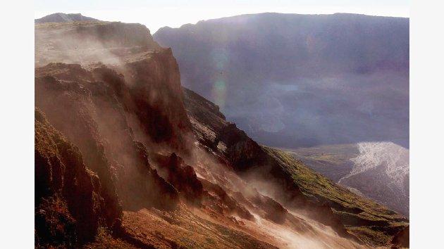 Kawasan kaldera Gunung Tambora (2.850 mdpl), Kabupaten Dompu, Nusa Tenggara Barat, Rabu (22/6/2011). Gunung ini pernah meletus dahsyat pada tahun 1815 hingga meninggalkan kaldera seluas 7 kilometer. Letusan gunung yang terbentuk oleh zona subduksi ini terdengar hingga 2.000 kilometer. Selain menewaskan puluhan ribu orang, letusan gunung ini juga menyebabkan perubahan iklim dunia. Tim Ekspedisi Cincin Api Kompas melakukan pendakian ke gunung ini dalam rangkaian ekspedisi memetakan masalah geografi, sejarah dan masyarakat yang hidup di sekitar kawasan gunung berapi.