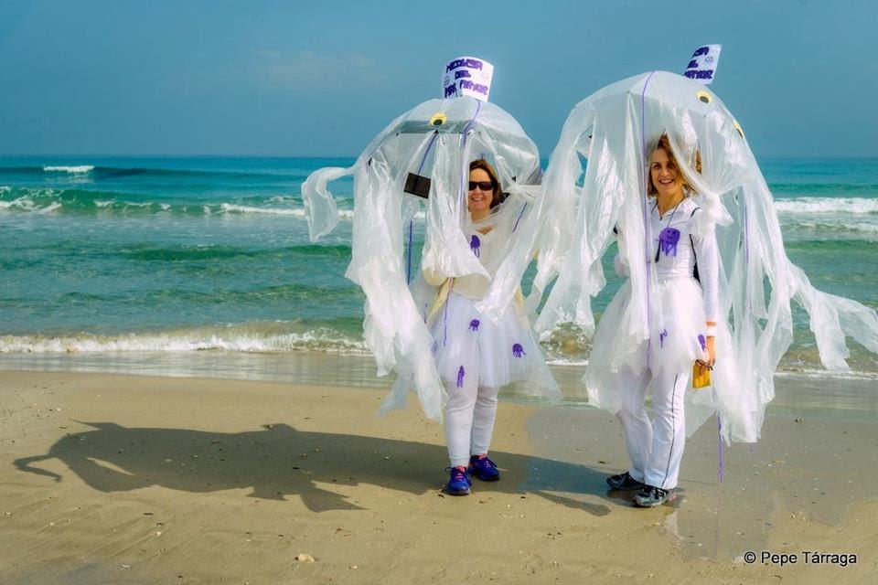 La imagen puede contener: 2 personas, personas sonriendo, personas de pie, boda, océano, exterior y agua