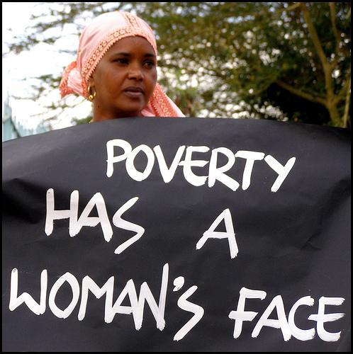 En kvinna demonstrerar mot fattigdomen i Nairobi i Kenya.