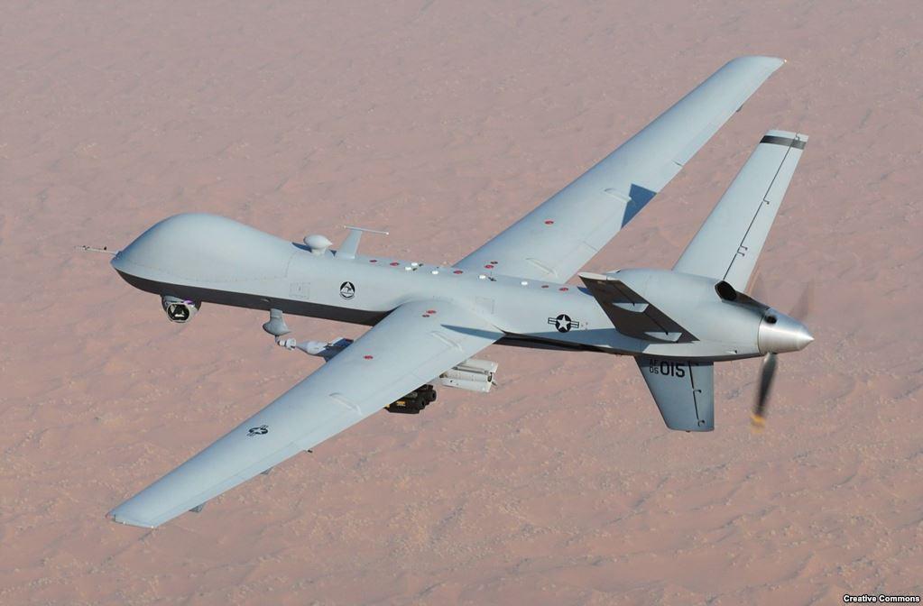 """Но самый известный в мире """"робот-убийца"""" – дронReaper, поставленный на вооружение ВВС США в2007 году. Ракета, выпущенная с этого дрона в 2015 году, по заявлению Пентагона, убила Джихадиста Джона – британца, примкнувшего к """"Исламскому государству"""" (запрещено в России и во многих странах мира) и ставшего известным тем, что он обезглавливал заложников перед видеокамерой. Reaper может пролететь с полным комплектом вооружения 14 часов. Он поднимается на высоту до 13 тысяч метров и летит бесшумно, поэтому его сложно заметить с земли."""