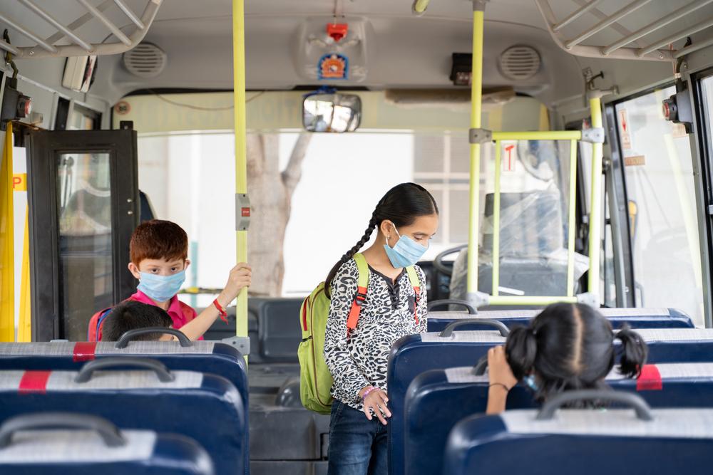 Medidas de distanciamento físico devem ser tomadas no transporte coletivo escolar. (Fonte: Shutterstock)