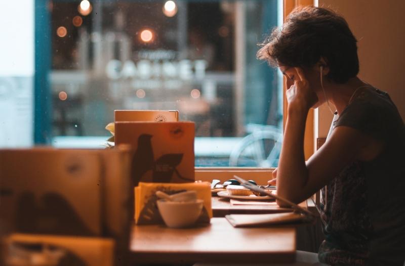 Ouvir música ajuda muitas pessoas a se concentrar nos estudos. (Foto: Unsplash)