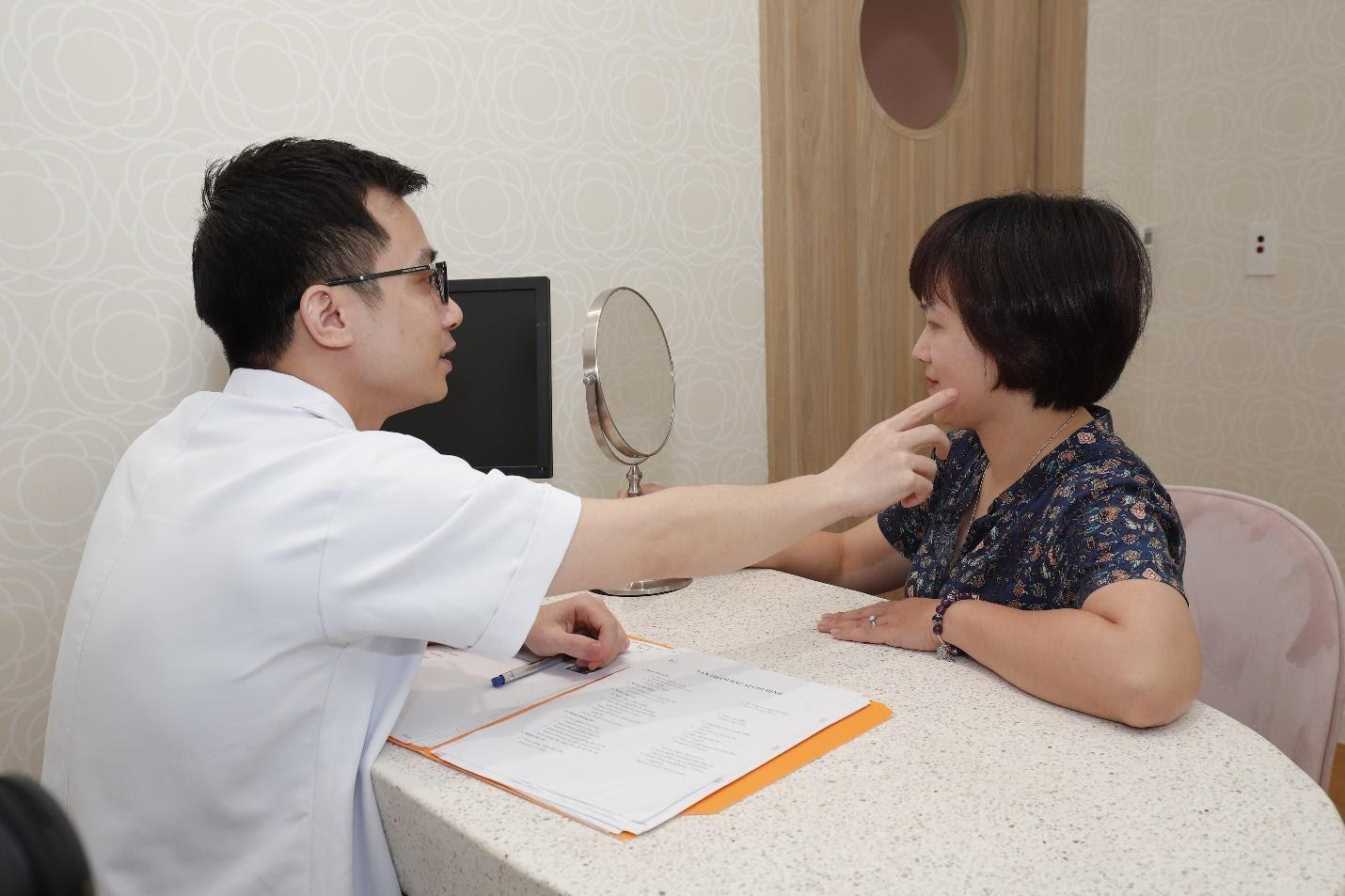 Bác sĩ khám và tư vấn cho khách hàng trước khi sử dụng sản phẩm và dịch vụ tại H&H