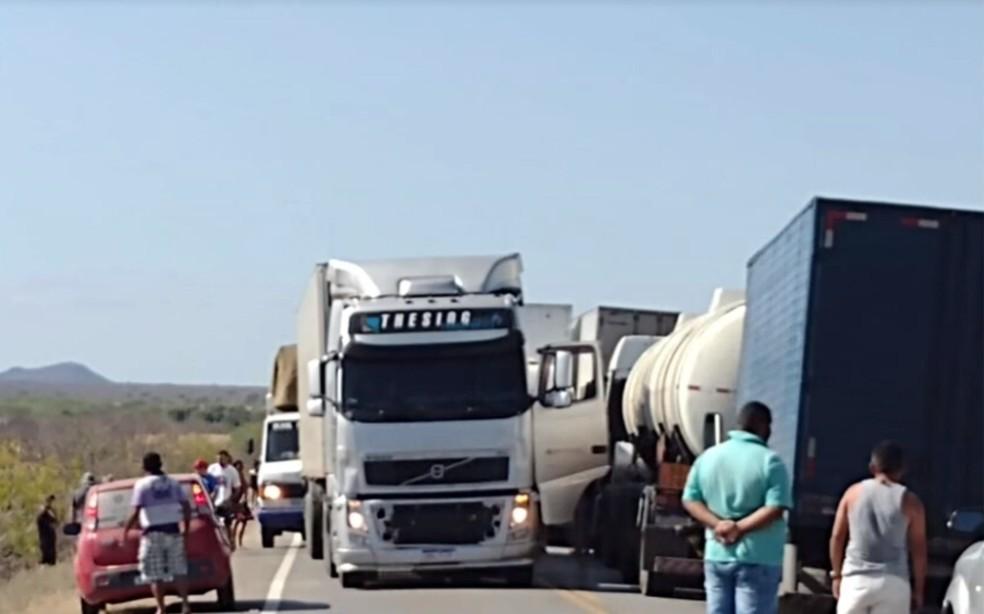 Acidente ocorreu próximo ao trevo de Macururé, na BR-116 — Foto: Reprodução/TV Bahia