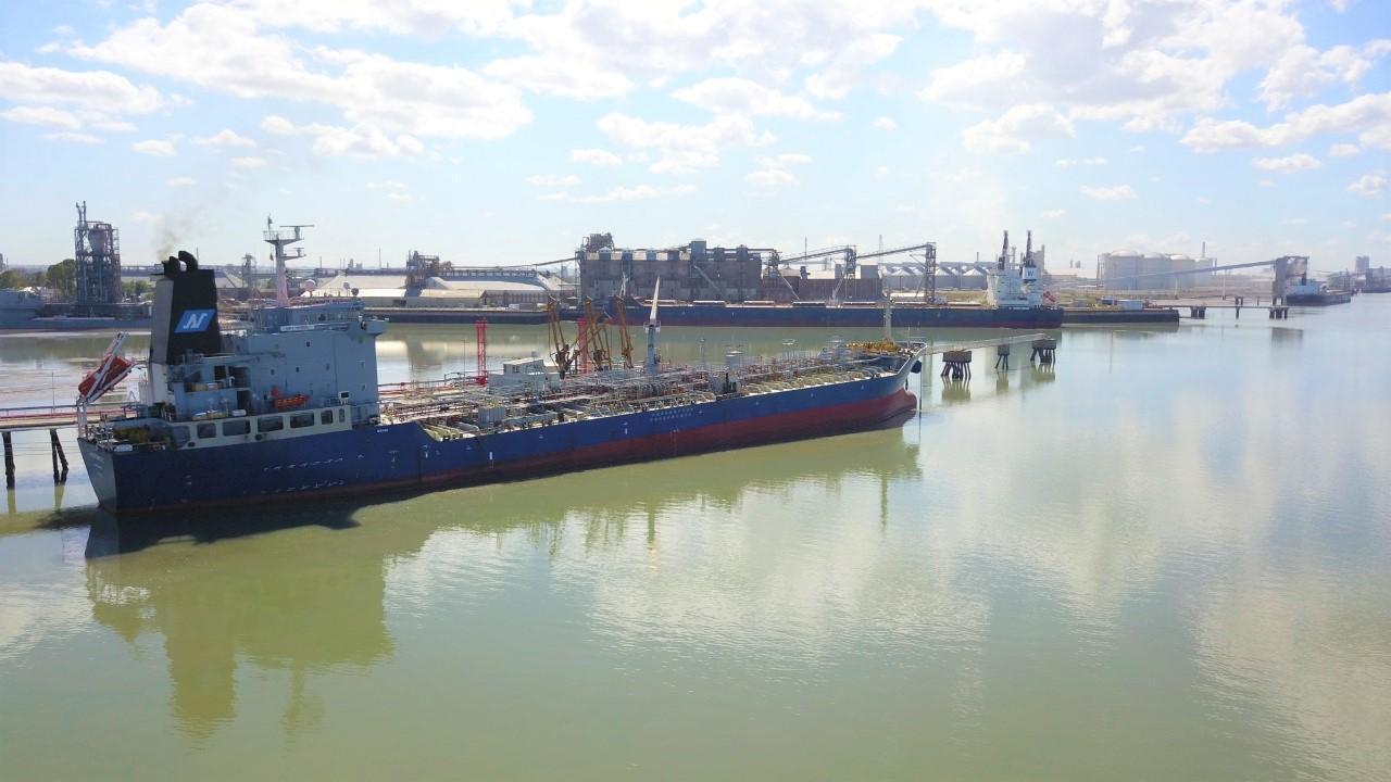 Un barco en el agua  Descripción generada automáticamente