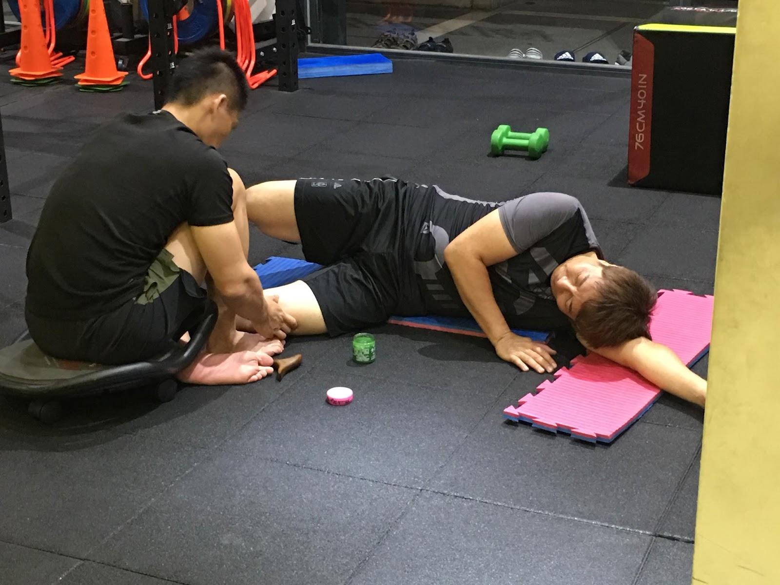好的健身教練,除了幫你規劃訓練菜單,還能適時幫助你矯正、放鬆身體姿勢。