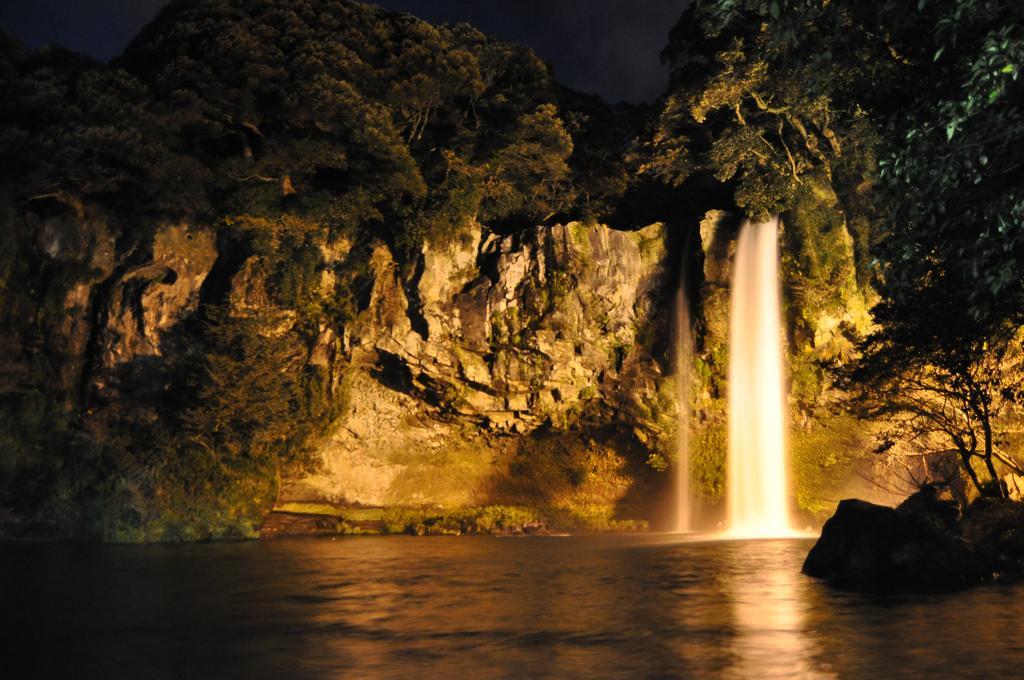 cheonjiyeon waterfall arantxaymario flickrcom.jpg