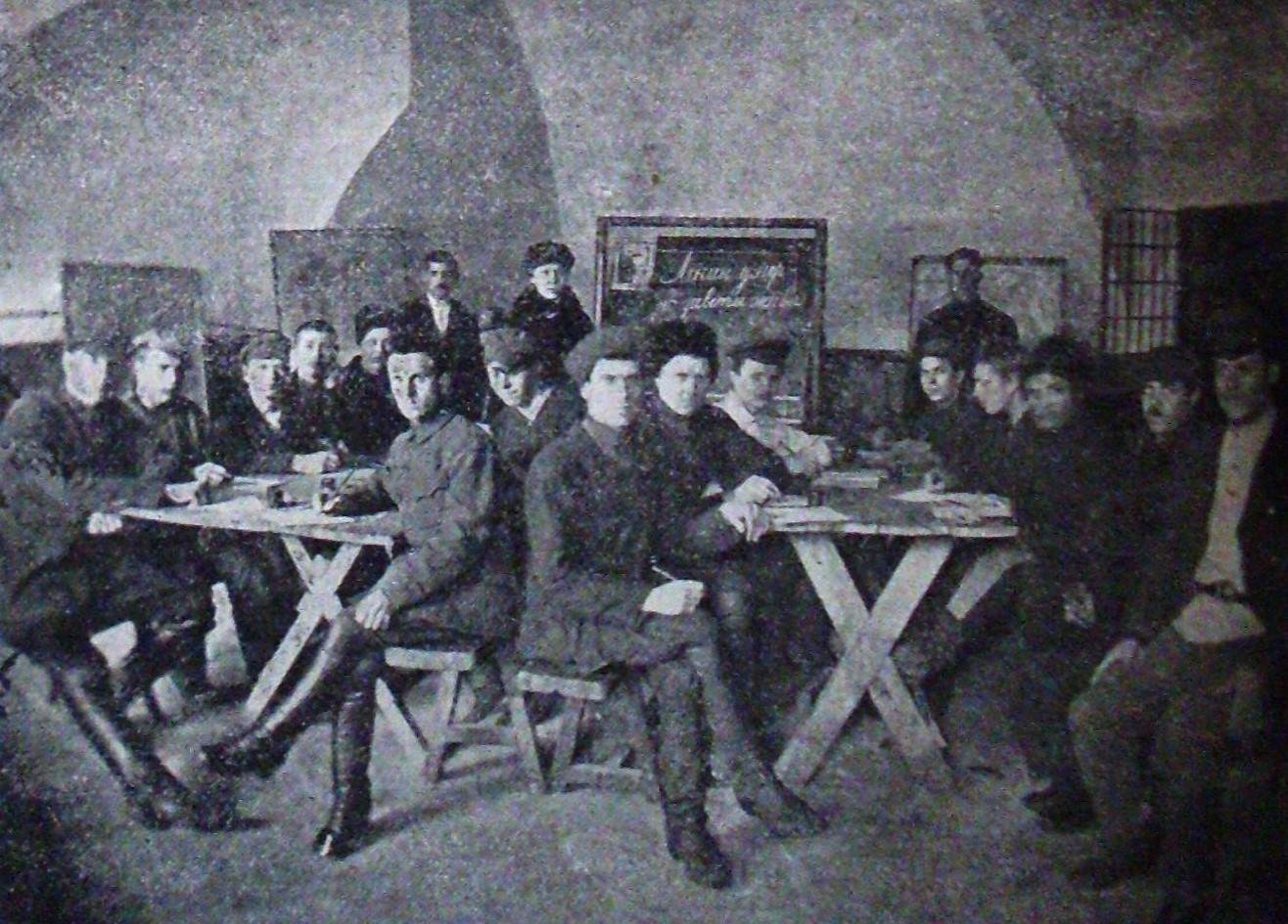 В бібліотеці культ-просвітчастини БУПРу№1. Фото 1925 року з журналу «Всесвіт»