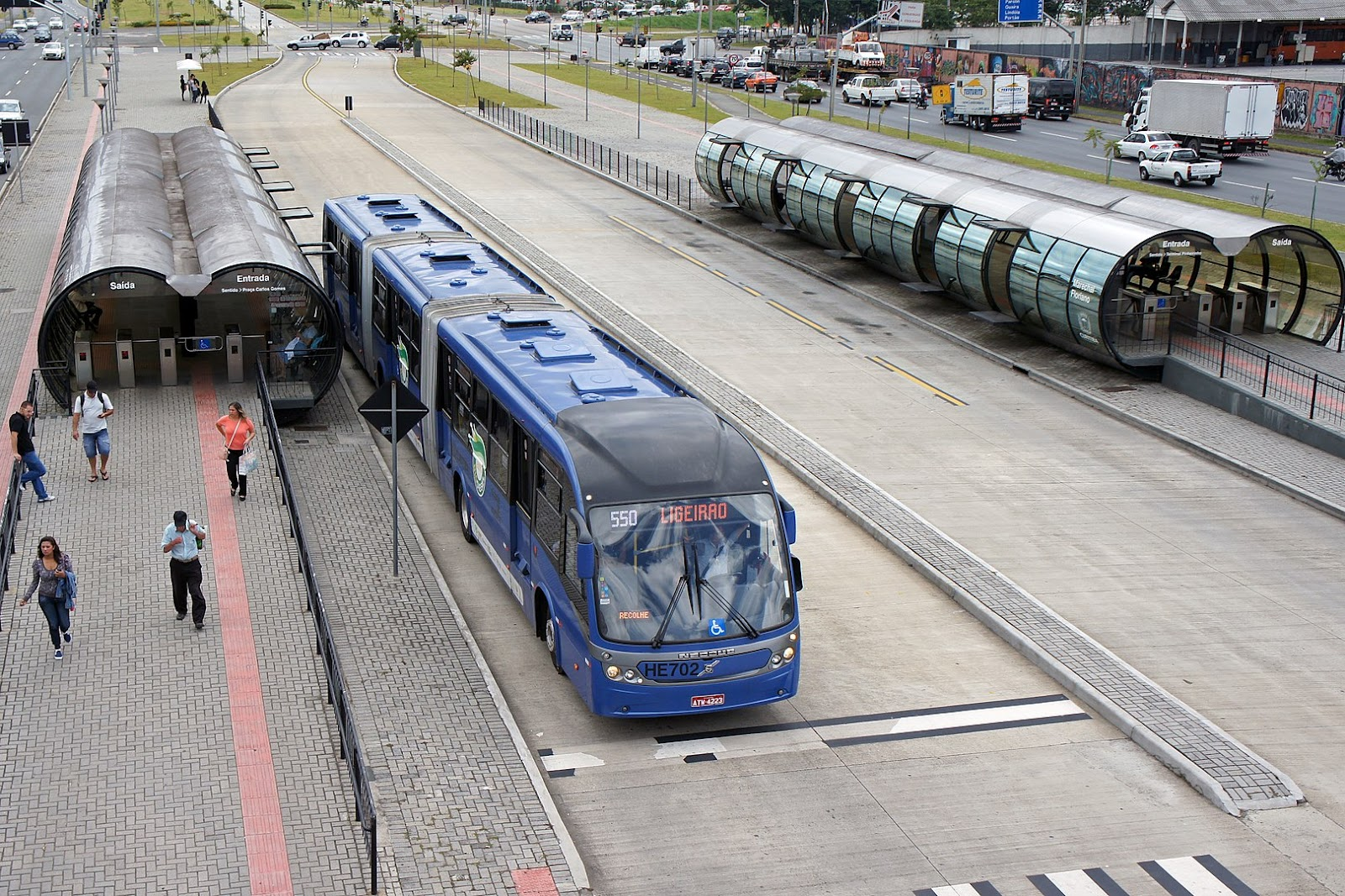 O sistema BRT tem maior capacidade que os ônibus comuns, mas menor custo e tempo de implantação que trens (Imagem: Wikimedia Commons)