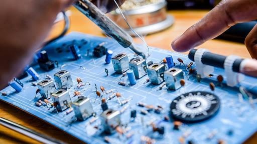 Ứng dụng máy công nghiệp trong sản xuất linh kiện điện tử