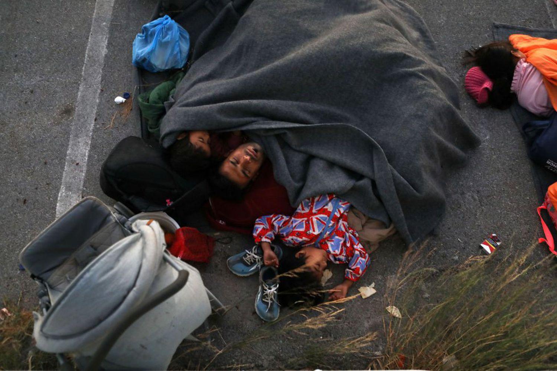 Refugiados durmiendo en la calle luego del incendio en el campo de refugiados.