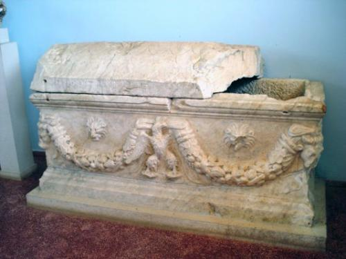 C:\Users\NF\Desktop\MARBLE SARCOPHAGUS. Nikopolis Museum. Photo Harry Gouvas 02b.JPG